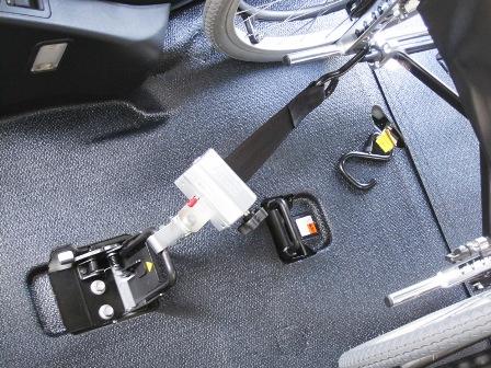 お客さまの安全を保つために リトラクター式車いす固定装置の導入